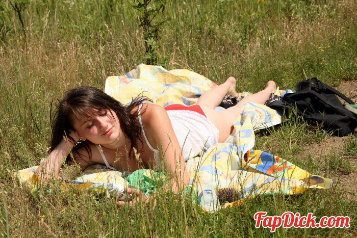 Killergram.com - Valery Summer - A sunny day in the woods [HD 720p]