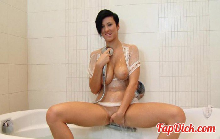 Twistys.com - Emylia Argent - Squeeky Clean... [HD 720p]